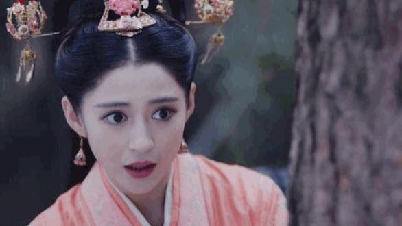 Une geisha stressée, perdue en pleine forêt à la tombée de la nuit